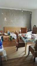 ... obyvačko-jedáleň :-( a tehličky ešte dlho budú čakať v krabiciach, kým urobia parádu na stene...