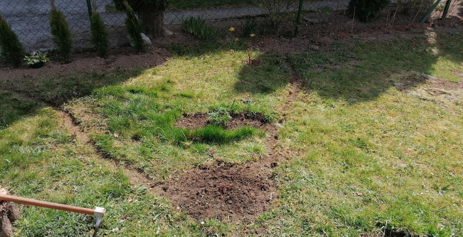 """Naše malé """"pole neorané"""" :o) záhradka 2. rok - ... vymyslela som si kvetinový záhon..."""