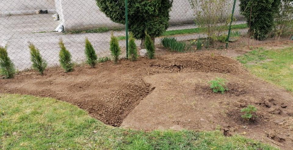 """Naše malé """"pole neorané"""" :o) záhradka 2. rok - ... bola to fuška premeniť tú udupanú trávu na záhon kde niečo aj porastie ..."""