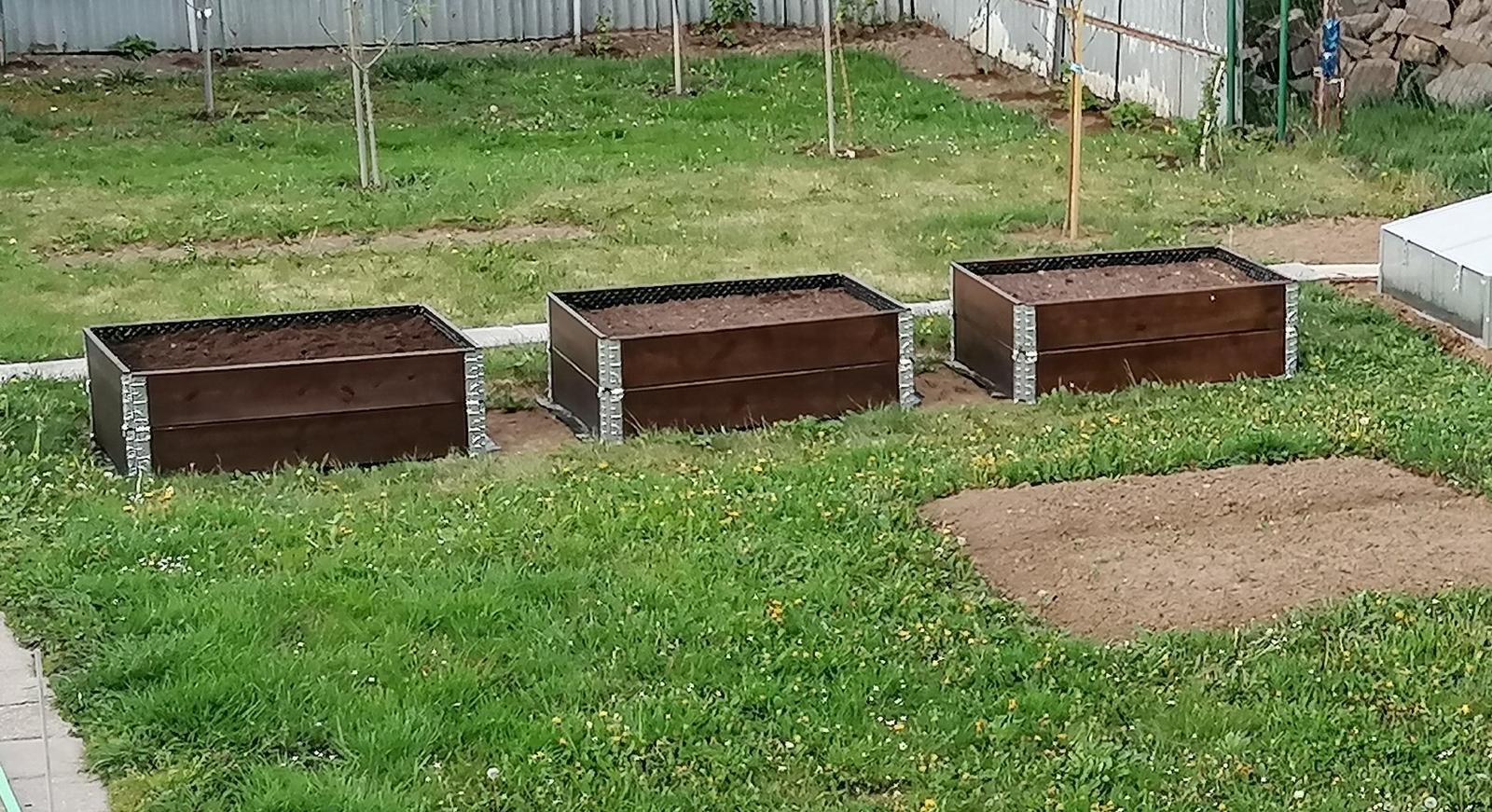 """Naše malé """"pole neorané"""" :o) záhradka 2. rok - ... a tri ..."""