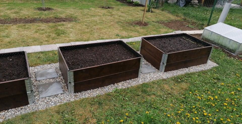 """Naše malé """"pole neorané"""" :o) záhradka 2. rok - ... a už aj s kamienkami ..."""
