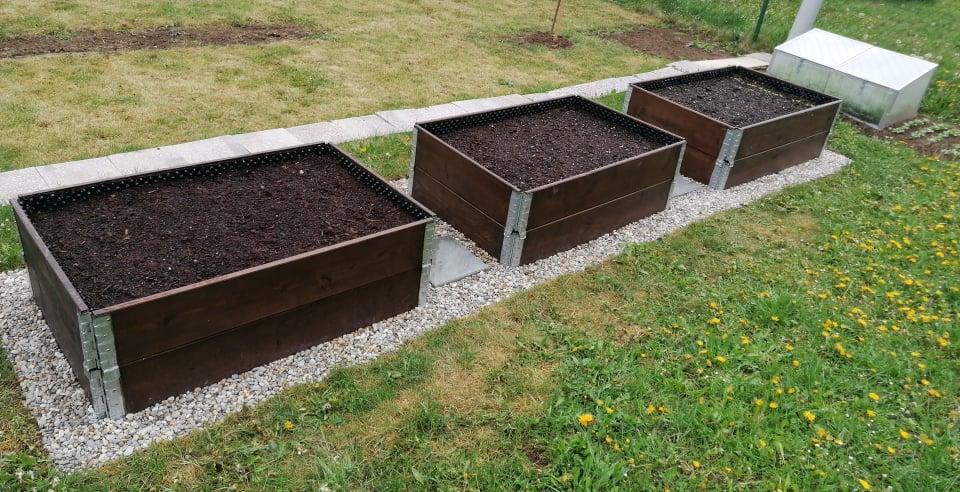 """Naše malé """"pole neorané"""" :o) záhradka 2. rok - ... hotovo už len priesady vysadiť ..."""