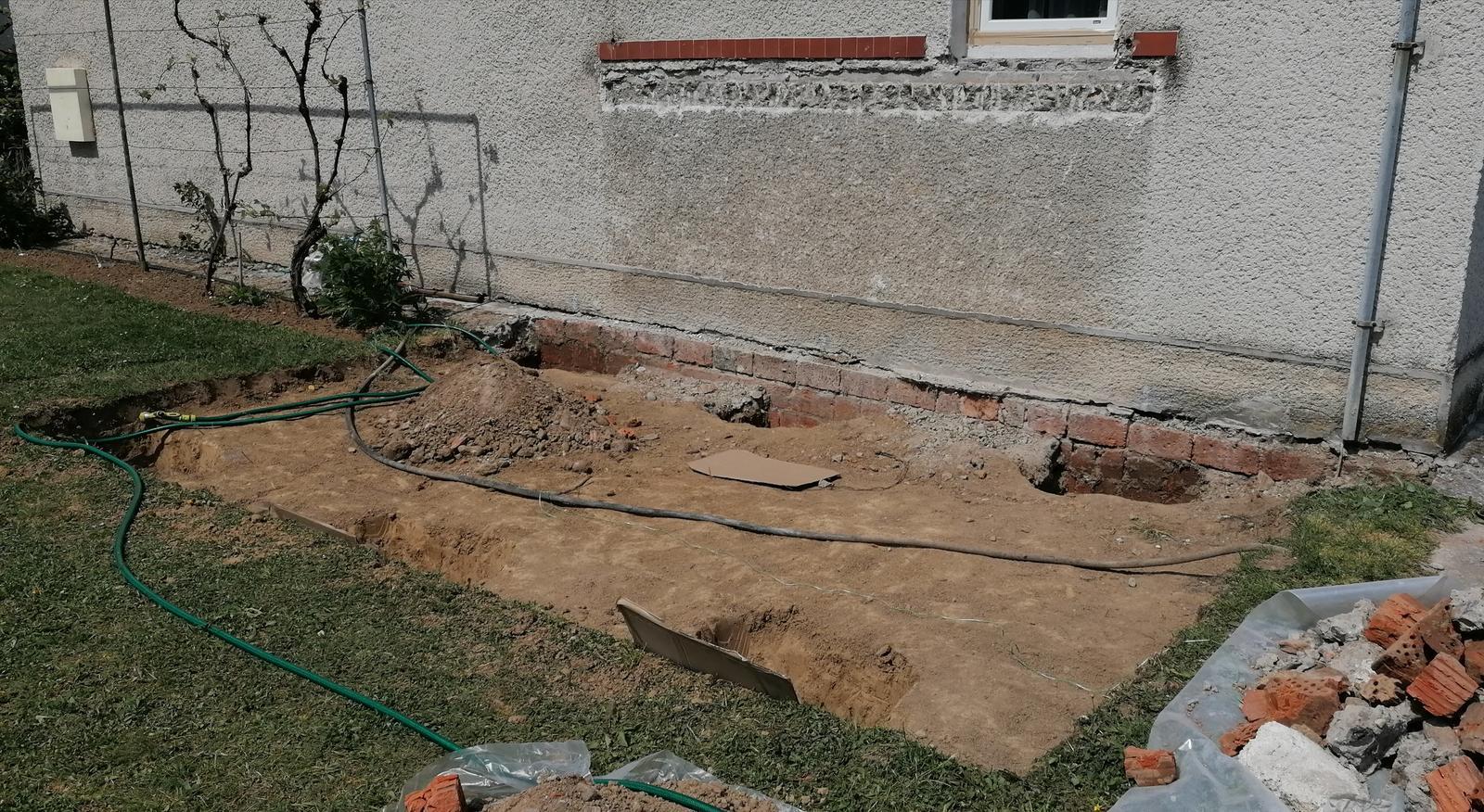 Premena balkóna na terasku - ... vykopané na základovú dosku ...