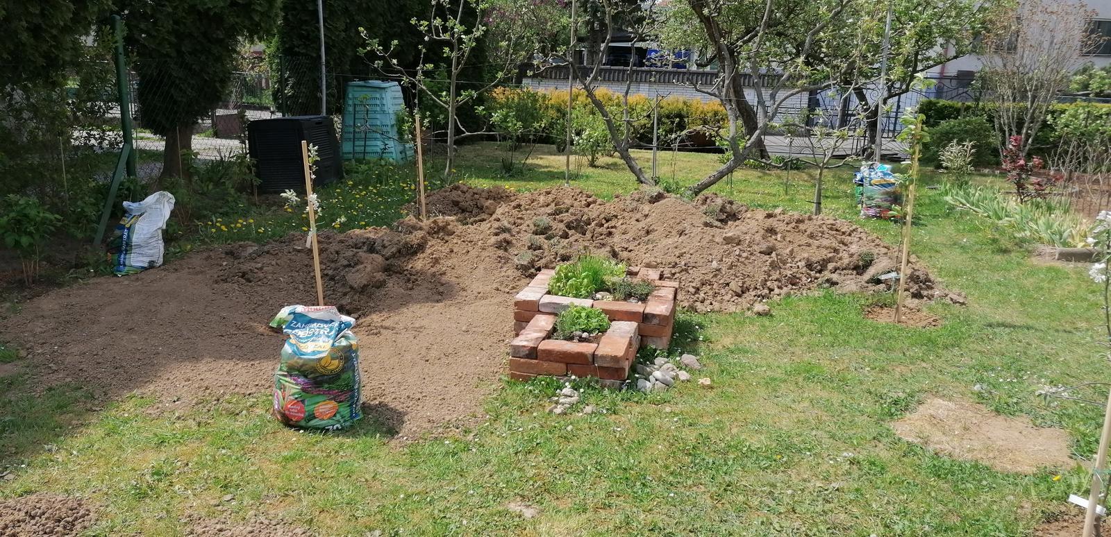 """Naše malé """"pole neorané"""" :o) záhradka 2. rok - ... vykopaná zem poslúži na vyrovnanie záhrady..."""
