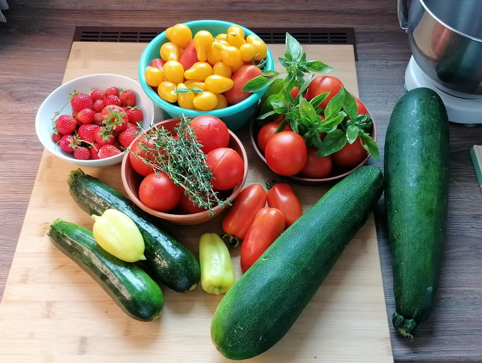"""Naše malé """"pole neorané"""" :o) záhradka 2. rok - Je skvelé len tak skočiť do záhradky a pozbierať tieto dobroty"""