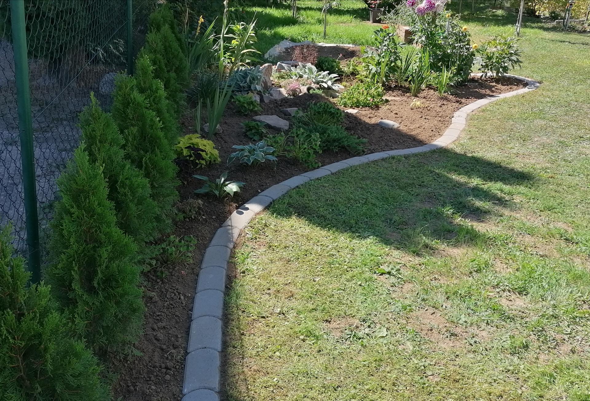 """Naše malé """"pole neorané"""" :o) záhradka 2. rok - Pribudli obrubníky, bude sa lepšie kosiť"""