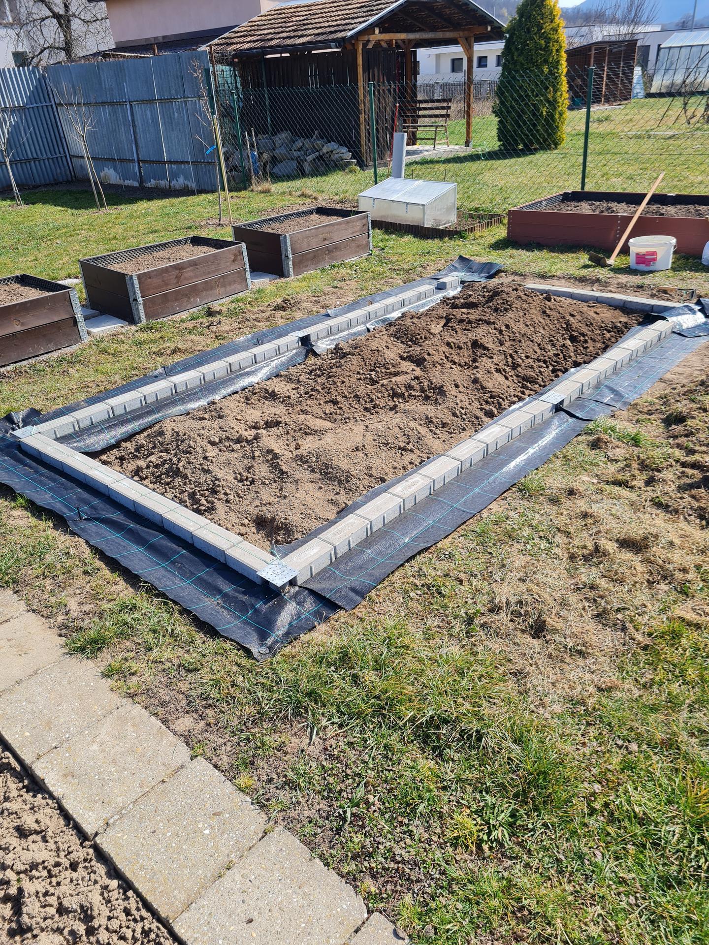 """Naše malé """"pole neorané"""" :o) záhradka 3. rok - ... tento rok som si vymyslela skleník..."""