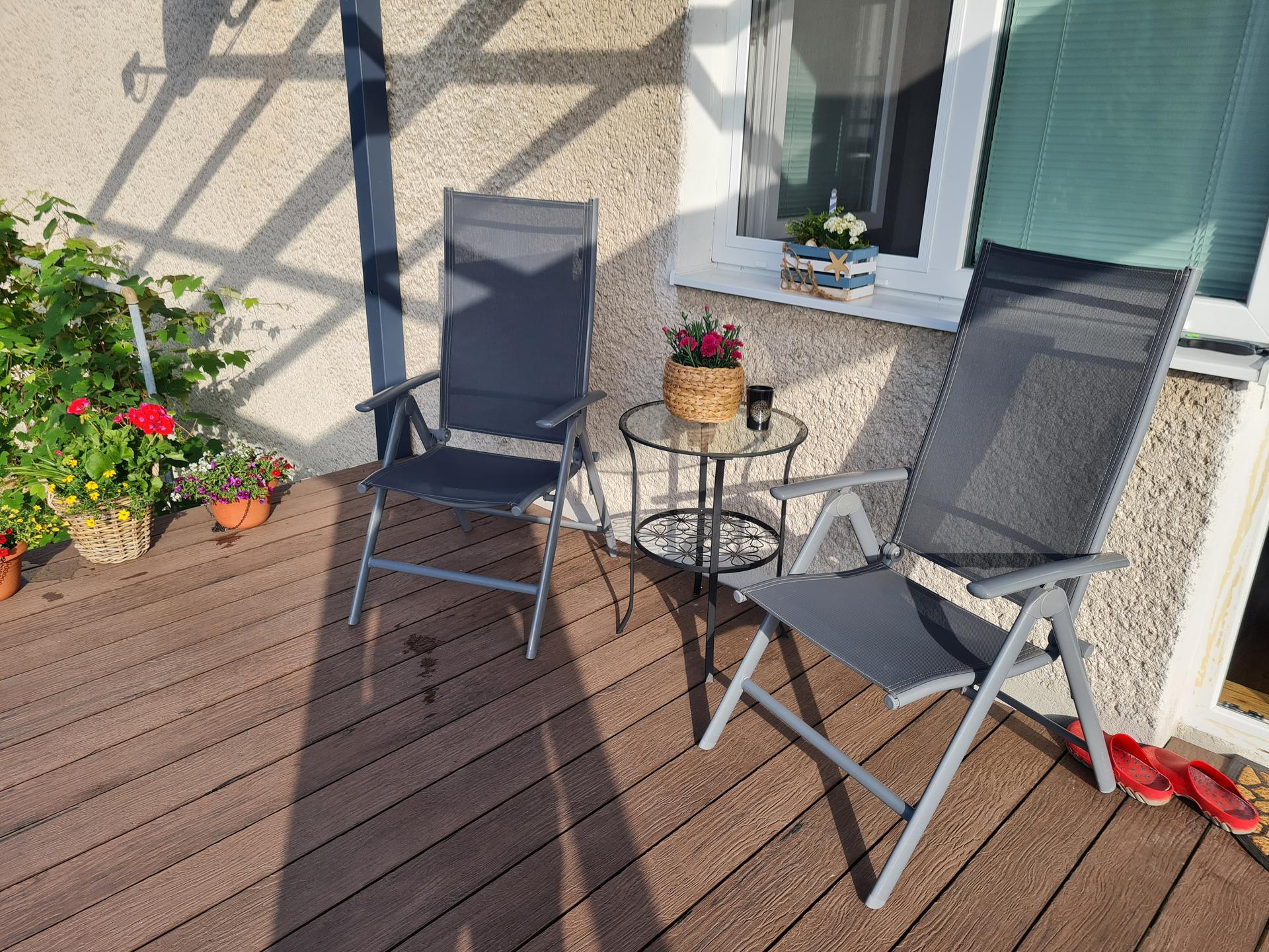 Premena balkóna na terasku - Sedenie dočasné, kým nie je zábradlie a prekrytá strecha ... ale už teraz sa tam fajne pije ráno kávička ;-)