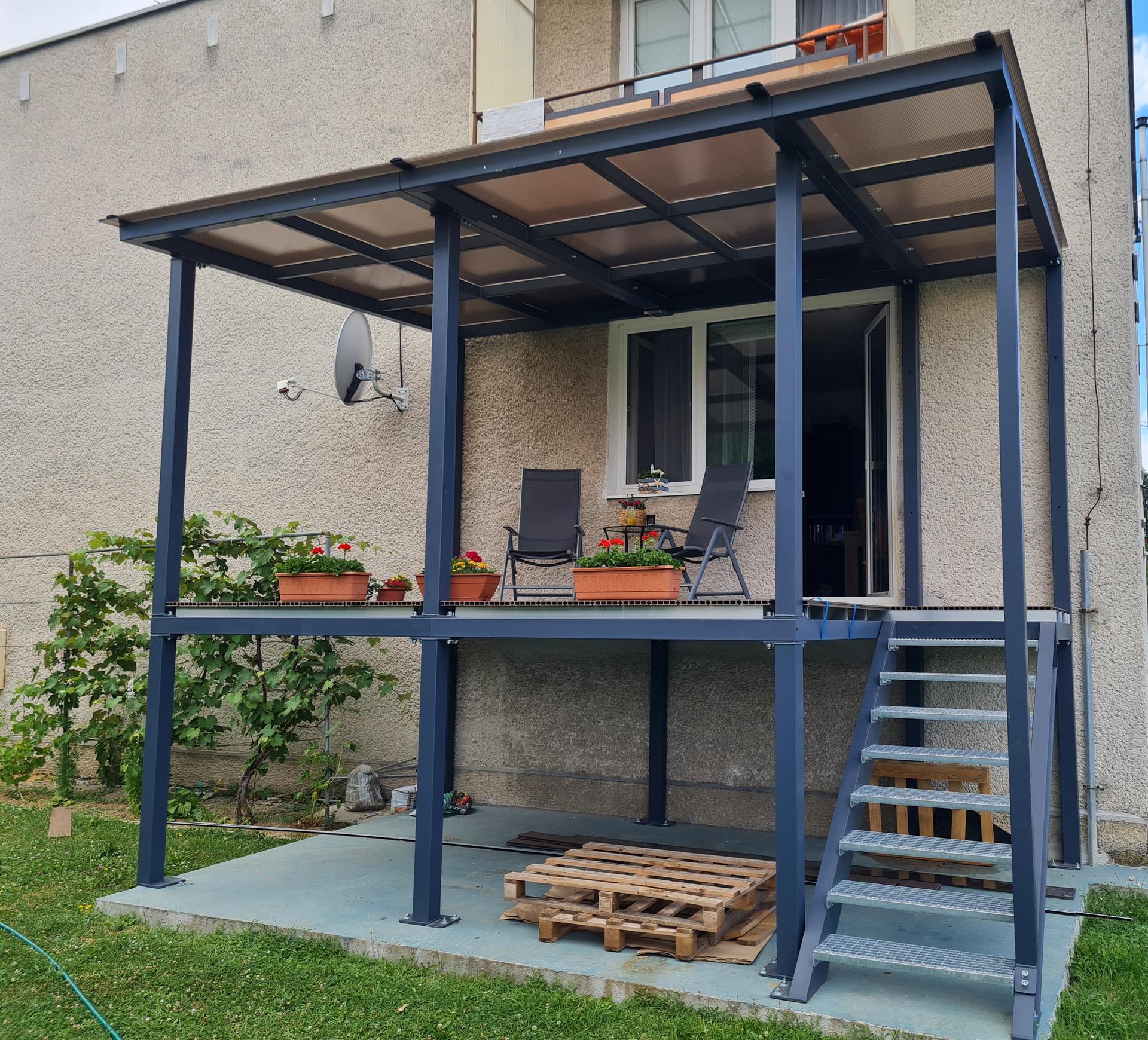 Premena balkóna na terasku - zase o kúsok bližšie k cieľu... prestrešenie hotové, už len zábradlie a olištovanie dookola terasy