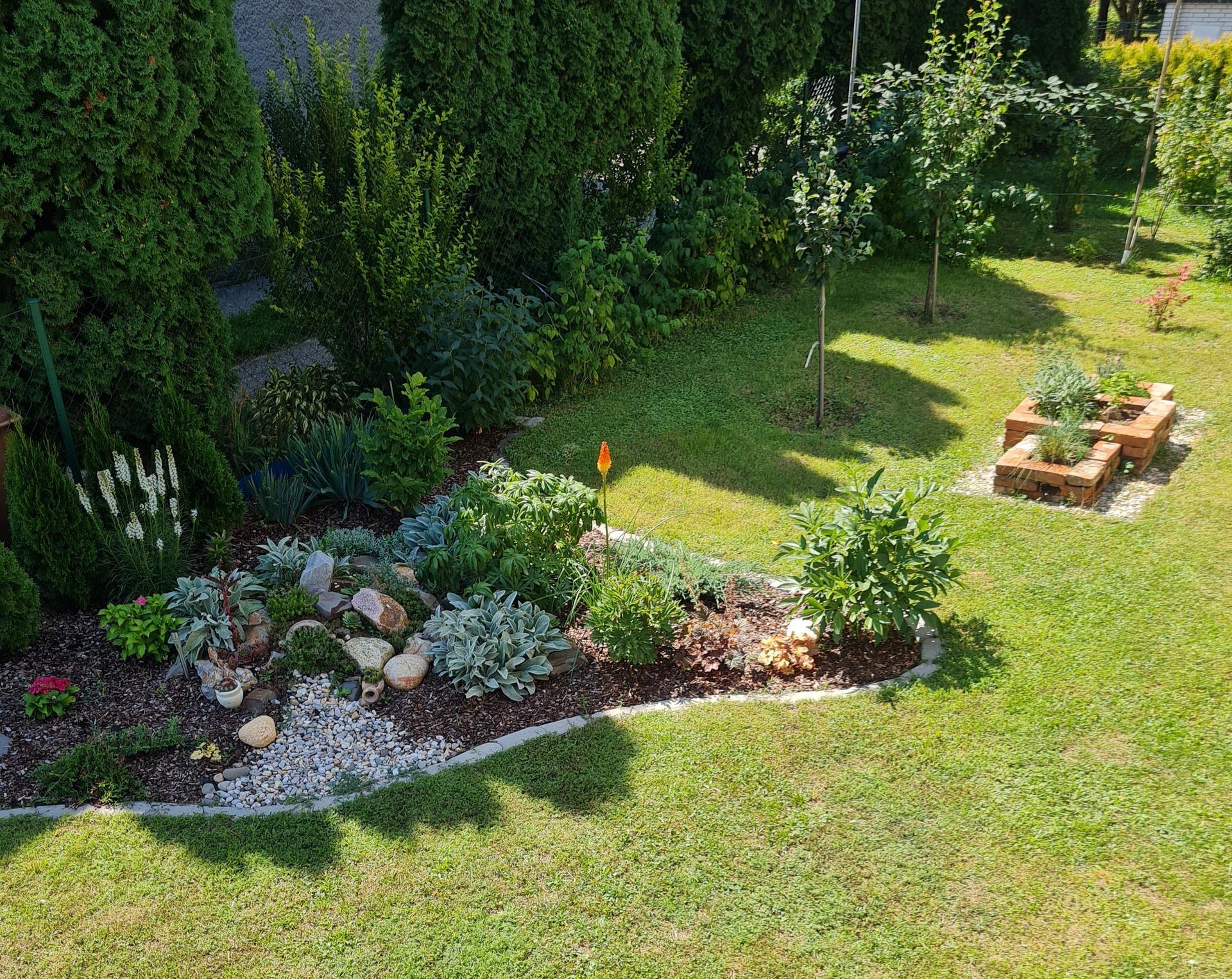 """Naše malé """"pole neorané"""" :o) záhradka 3. rok - ... okrasný záhon so skalkou ..."""