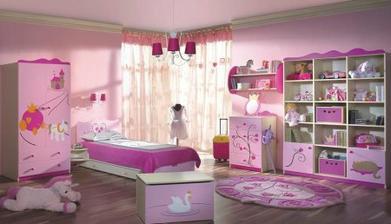 krásný pokojík, ale asi až moc růžový