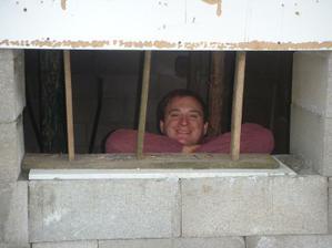 manžel ve sklepě jak ve vězení :-D