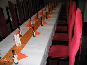 výzdoba stolů den před svatbou