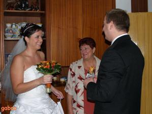 předávání kytí..vzadu moje maminka