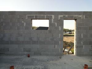zevnitř - okno v koupelně nad vanou a dveře z technické místnosti ven na dvůr i do sklepa