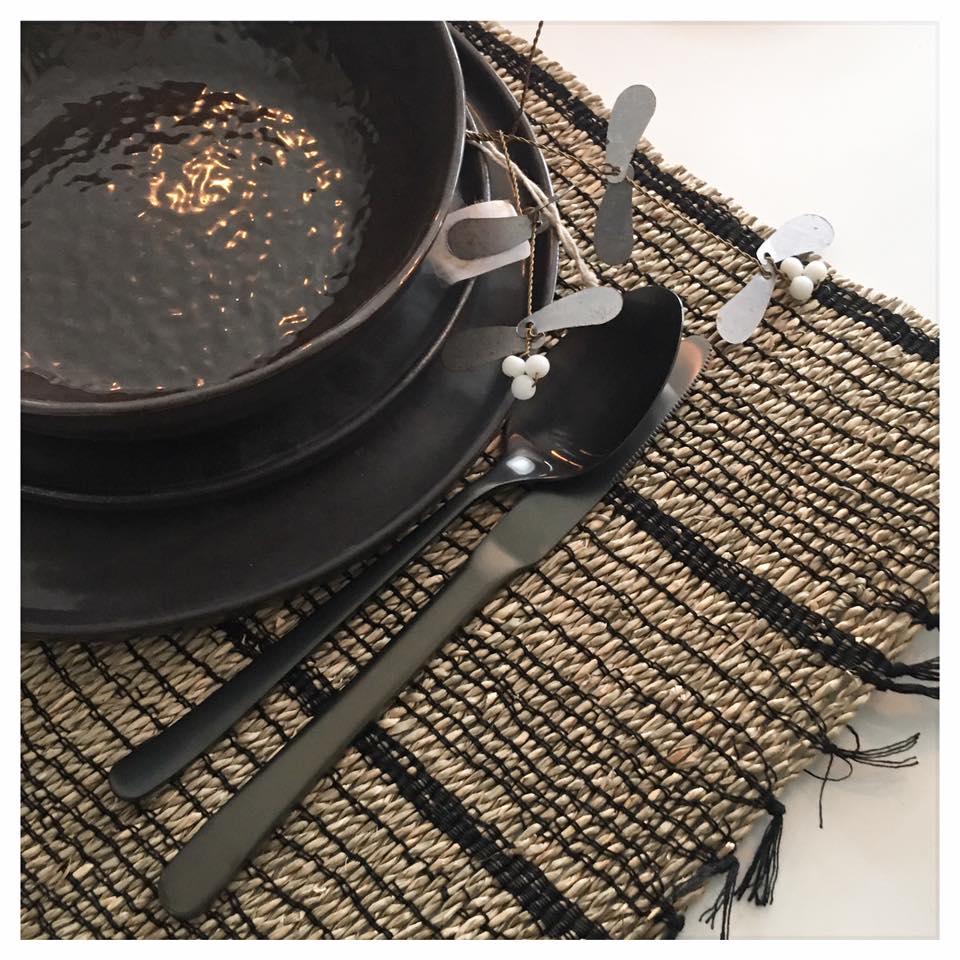 Pěkně prosím, jaké máte talíře k černým příborům? Přemýšlím o černých ale bojím se, že to bude dost smutné :) Děkuji! - Obrázek č. 1