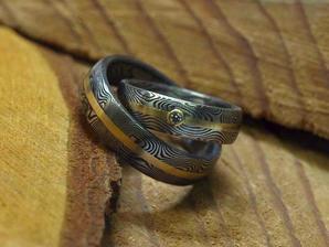 Takové snubní prsteny z damaškové oceli a zlatým broužkem (bez kamínku) budeme mít od zlatníka a výtvarníka pana Mgr. Ondřeje Kotyzy :-) Vzor FABER.