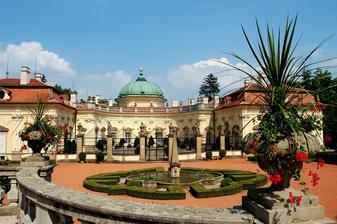 Obřad bude v srpnu na zámku v Buchlovicích v Sala Terenně :-) Ano, je to ten zámek, kde se točila Troškova pohádka Čertova nevěsta :-)