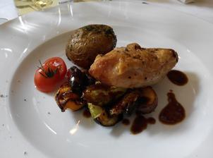 """Další návrh jídla kvůli """"dietářům - Grilované prsíčko z kukuřičného kuřátka s restovanou zeleninou, brambůrky grenaille  a bylinkovým pestem (degustační porce)"""