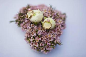 Květinová poduška pod prstýnky :-) Něco podobného budeme s paní Burešovou z květinářství Žaneta vymýšlet :-)