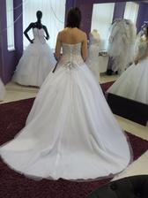 Vítězný model šatů se zlatavě vyšívaným korzetem zezadu :-)