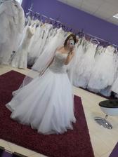 A ještě jednou s lehkým, myslím že 2 m závojem :-) Na svatbu bude kratší. Sukně nádherná sněhově bílá, lehká, korzet vyšívaný studenou zlatavou nyní a zdobený :-)