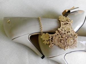 Zlatavý šperk na krk a boty značky MENBUR z lakované tělově zbarvené kůže a detailem zlatavého plameňáka :-)