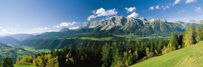 Horský masiv Dachstein s lanovkou, ledovcem a ledovcovým palácem. Tam se snad také všude podíváme :-)