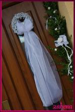 věneček na dveřích nevěsty ve svatební den