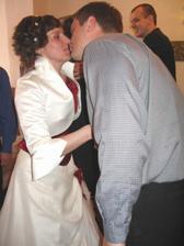 Tak to manželství začíná hezky,samý polibek.