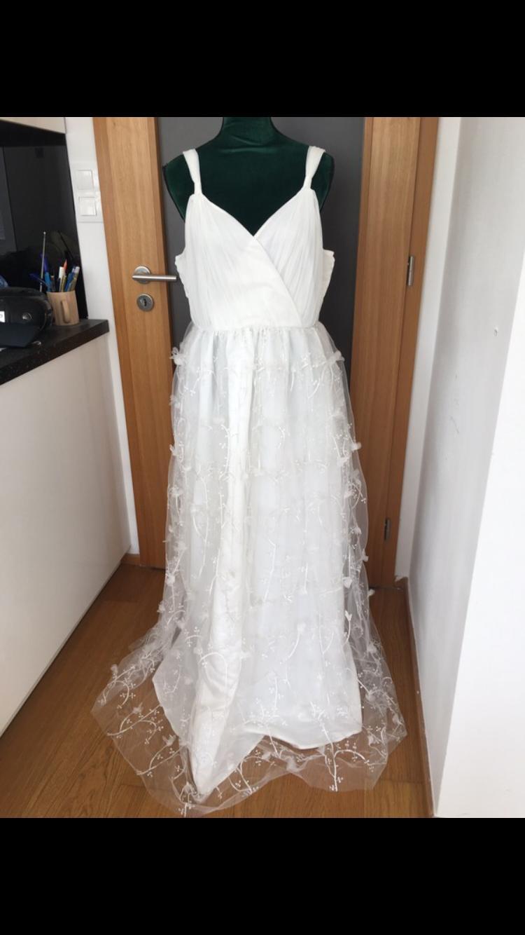 krásné šaty s úchvatnou sukní - Obrázek č. 1