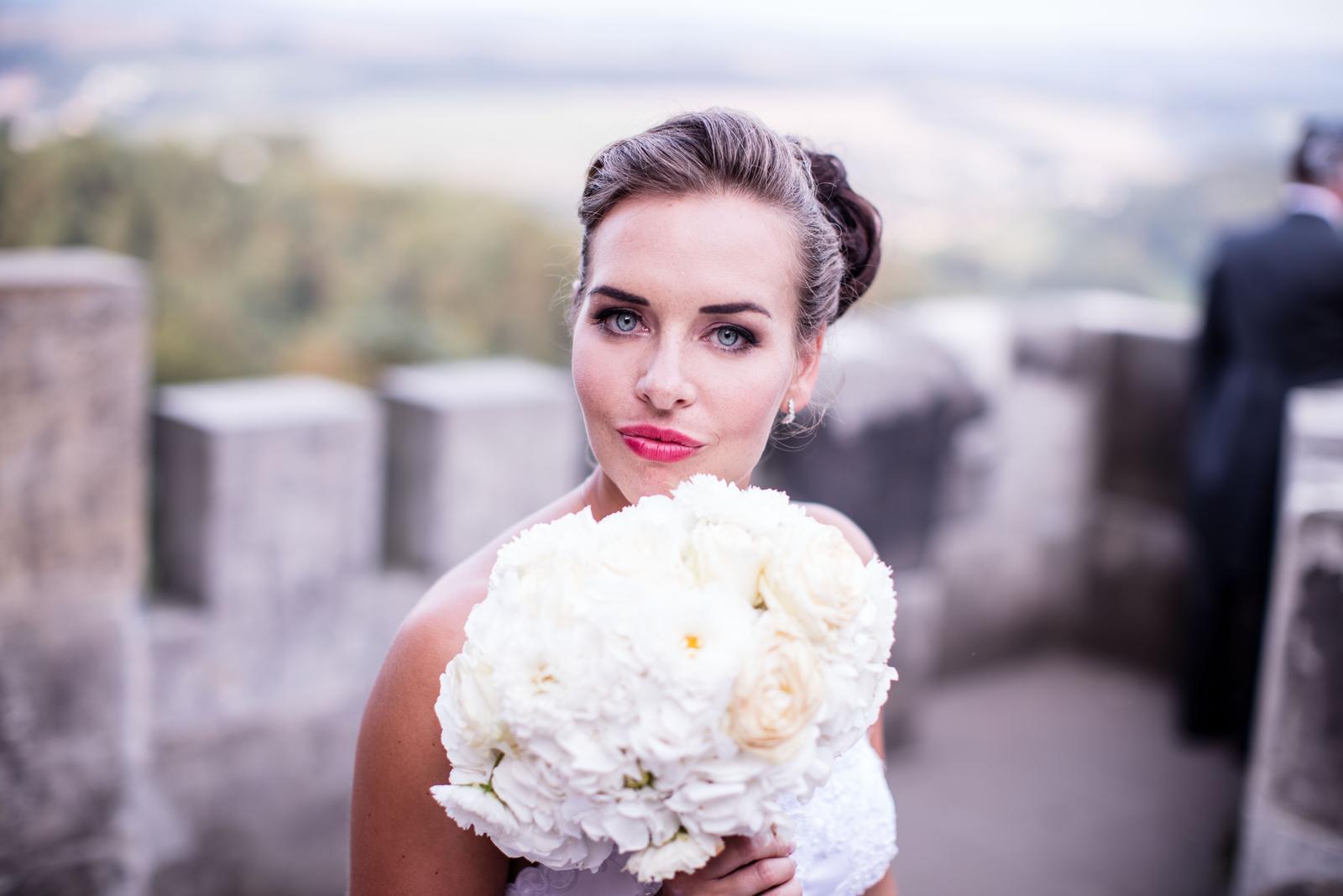 Svatební účes a líčení pro nevěstu Adélku a její družičky :) - Obrázek č. 4