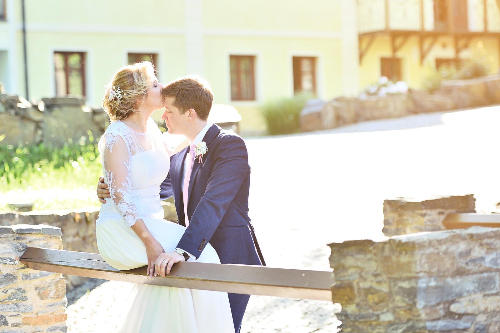 Líčení a účes pro krásnou nevěstu Katku | Statek Všetice - Foto: Radek Fouček