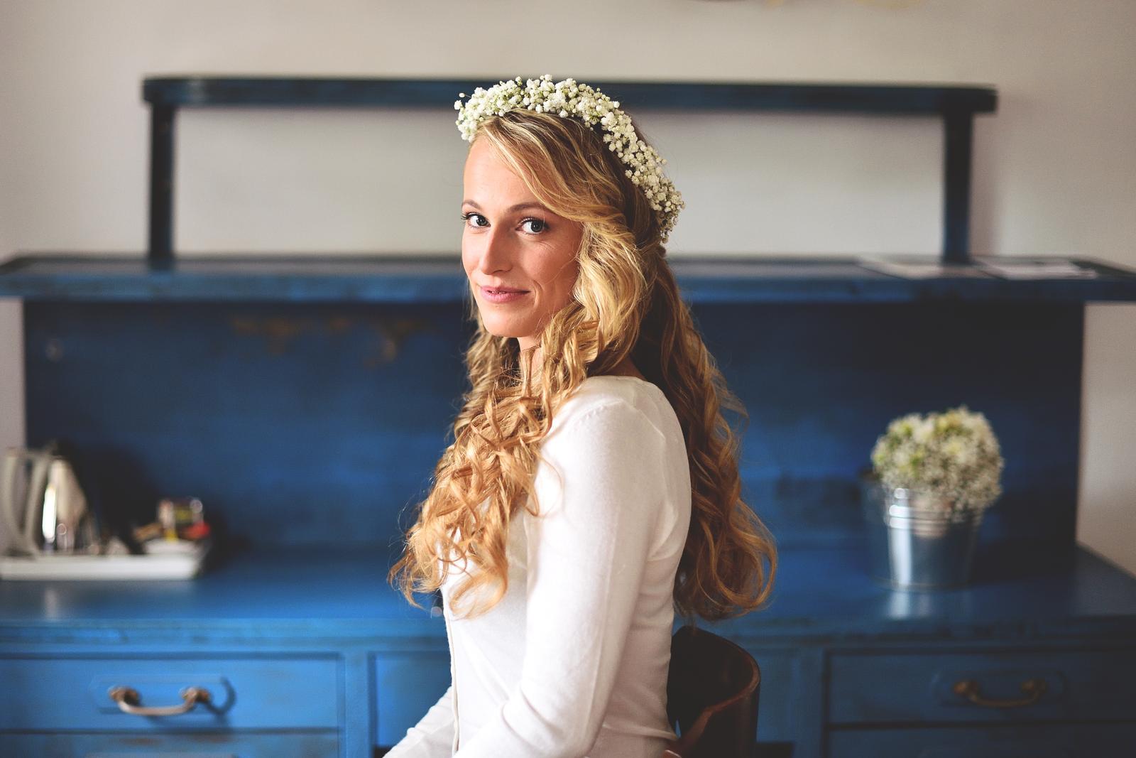 Líčení a účes pro nevěstu Mirku | Statek Všetice - Foto: Radek Fouček