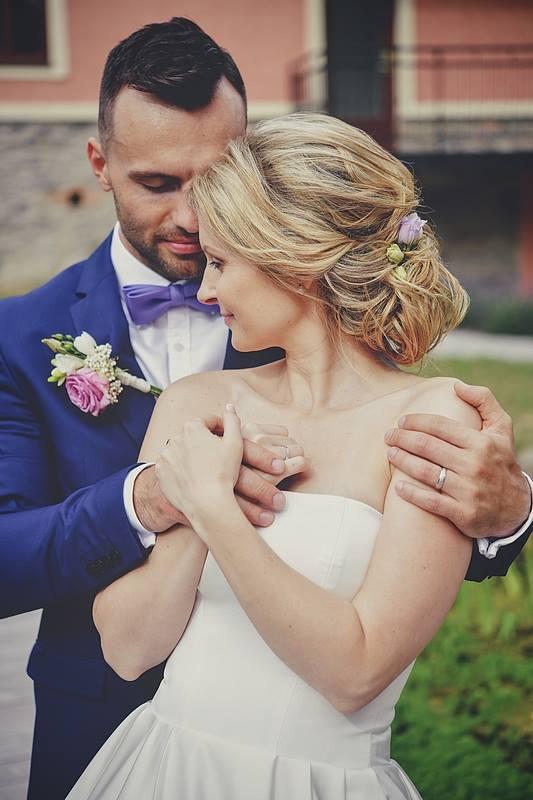 Svatební účes a líčení pro další krásnou nevěstu | Statek Všetice | Benešov - Obrázek č. 1