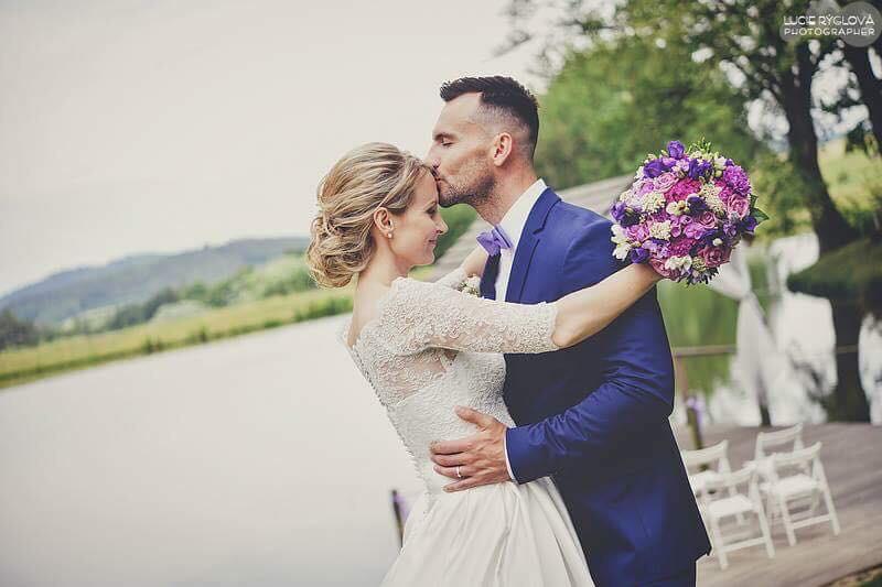 Svatební účes a líčení pro další krásnou nevěstu | Statek Všetice | Benešov - Obrázek č. 3