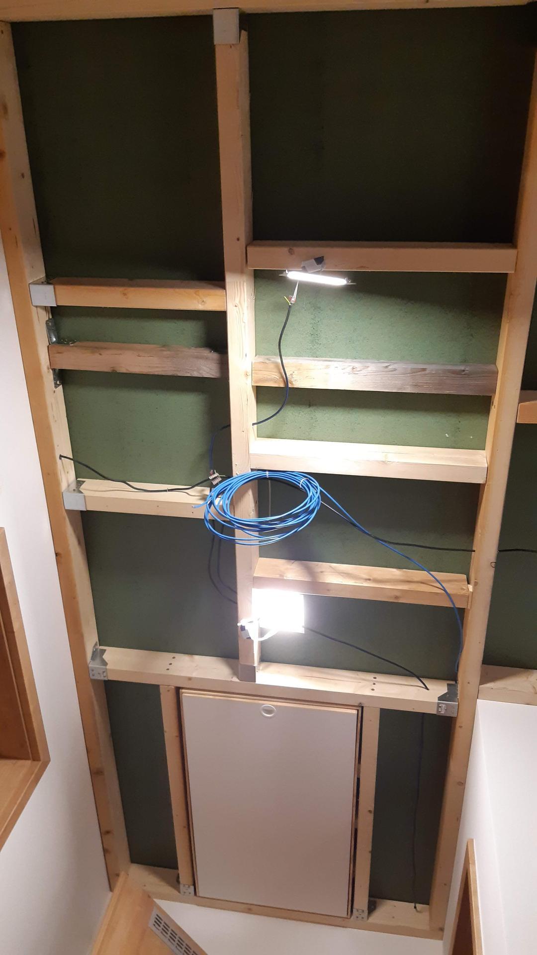 Půda - Kubis 74 - Natažena kabeláž na světla a UTP na přepojení požárního čidla. Do rastru doplněny i užší trámky kvůli podpěře spoje desek, které vycházely jinak než plánované spoje SDK ...