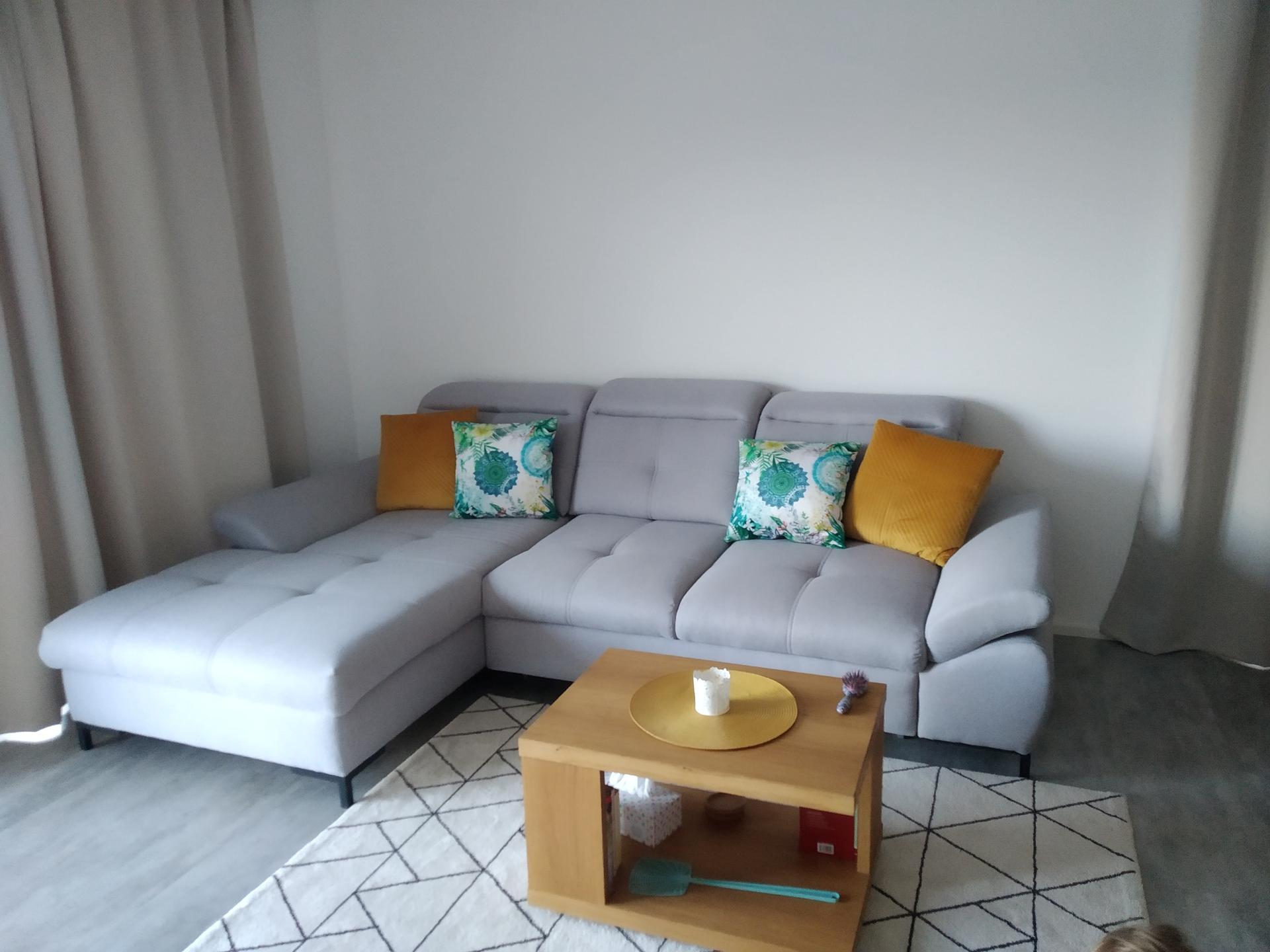 Hezký den, chtěla bych Vás poprosit o nápad, inspiraci jakou dekoraci použít nad gauč, chtěla sem tam dát černé nebo bílé rámečky s fotkama ale jistá si tím nejsem. 🙂 - Obrázek č. 1