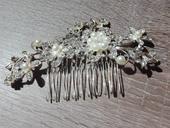 strieborno perlova spona so zlatým nádychom,