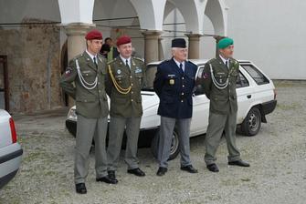 ženich v zeleném baretu, s mým tátou v bachařské uniformě