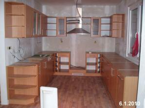 Kuchyně - ještě chybí trouba a varná deska (pod digestoří), no a samo obklady a výmalba)
