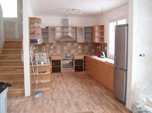 Kuchyně i s koši a lednicí (stále bez pracovní desky)