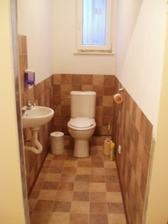 WC dole, stejně jako prádelna už s tekoucí vodou a funkčním wc