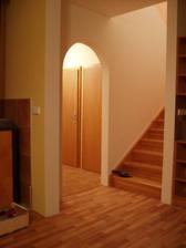 I vchod pod schody je zavřen