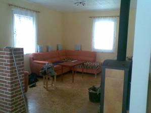 Provizorně sestavený obývák - chybí kobereček, stolek a naproti stěna (o závěsech a ostatním textilu nemluvě)