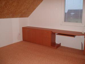 Ložnice, ještě bez postelí - úložné prostory + psací stůl