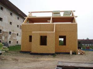 Domeček už i s verandou (pohled zepředu)