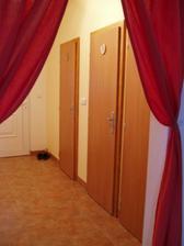 Dveře v chodbě i s označením koupelny a wc