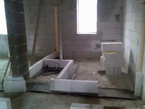 pohled na budoucí koupelnu a záchod v levo