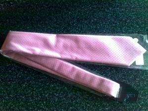 Ženichova kravata, tomu přizpůsobím barvu kytice - do růžova....